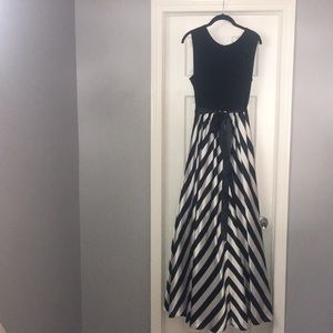 Floor length gown. Black & white. POCKETS Size 14